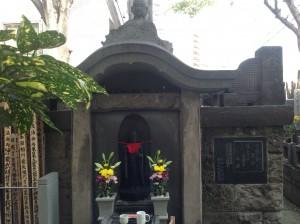 新吉原総霊塔                             「生きては苦界、死しては浄閑寺」と刻まれている。